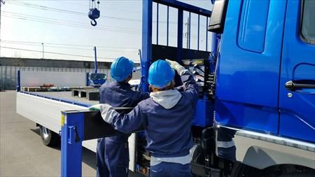 埼玉の運送業者「株式会社清光ライン」の運送トラックとスタッフ